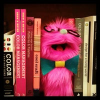 รูปภาพถ่ายที่ St. Mark's Bookshop โดย Farah เมื่อ 5/13/2012