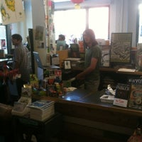 Foto tirada no(a) Floating World Comics por Shannon S. em 7/28/2012
