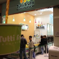 Photo taken at Tutti Frutti Frozen Yogurt by Marco A. on 7/8/2012