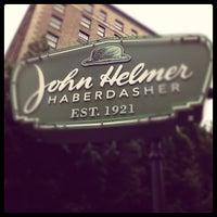 Das Foto wurde bei John Helmer Haberdasher von Alan W. am 6/22/2012 aufgenommen