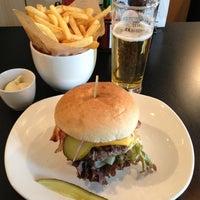 Photo prise au Ellis Gourmet Burger par JT le3/23/2012
