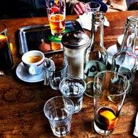 รูปภาพถ่ายที่ Adriano's Bar & Café โดย rouge เมื่อ 4/22/2012