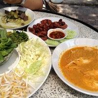 Photo taken at ขนมจีนเส้นขาว by Jinakul S. on 3/14/2012