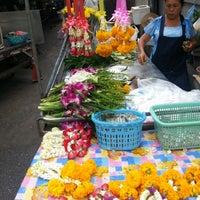 Photo taken at ร้านขายดอกไม้ พวงมาลัย พี่เสน่ห์ by ลูกชายคนที่ VIII™ on 8/25/2012