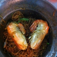 Photo taken at Mueang Thong Crab-meat Fried Rice 1 by Unchitha M. on 8/27/2012