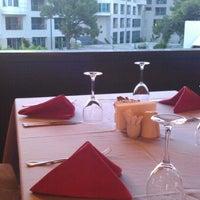 Foto tomada en Turquoise Restaurant por Sezer S. el 5/19/2012