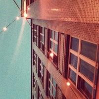 Foto tomada en Michelberger Hotel por Mike K. el 6/20/2012