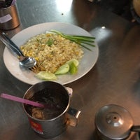 Photo taken at Mueang Thong Crab-meat Fried Rice 1 by Thaveesap P. on 3/21/2012