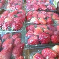 Photo taken at Loja das Frutas by Lucas V. on 8/10/2012