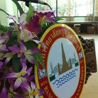 Photo taken at ตึกดุษฎีบัณฑิต กรุงเทพธนบุรี by Chayapapha S. on 4/6/2012