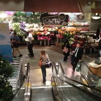 Foto tomada en Whole Foods Market por Gina T. el 5/11/2012
