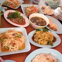 Photo taken at ส้มตำ ปากซอยพัฒน์พงษ์ by bee a. on 8/27/2012