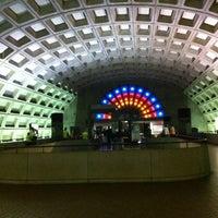 4/20/2012 tarihinde Lauren D.ziyaretçi tarafından Gallery Place - Chinatown Metro Station'de çekilen fotoğraf