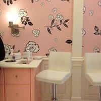 Foto tomada en Benefit Cosmetics por Natasha P. el 3/18/2012