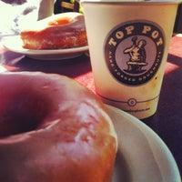 Das Foto wurde bei Top Pot Doughnuts von Joyce Isabel V. am 8/12/2012 aufgenommen