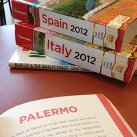 Foto scattata a Barnes & Noble da Cristina J. il 6/21/2012