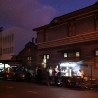 Photo taken at Siam Road Charcoal Char Koay Teow by Kelvin W. on 7/21/2012
