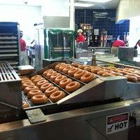 Foto tomada en Krispy Kreme Doughnuts por Torrie S. el 6/12/2012