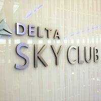 Foto tomada en Delta Sky Club por Angie L. el 6/15/2012