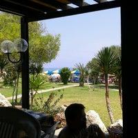Foto diambil di Faros Restaurant oleh mixaliseuro12 pada 6/17/2012