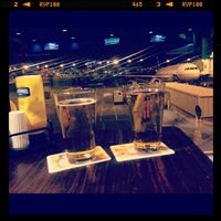 Foto diambil di Rock Bottom Restaurant & Brewery oleh Meghan R. pada 9/1/2012