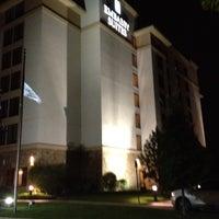 Foto tomada en Embassy Suites by Hilton Denver International Airport por Scott F. el 8/20/2012