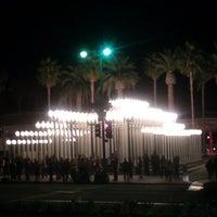 6/17/2012 tarihinde Jeremy O.ziyaretçi tarafından Urban Light at LACMA'de çekilen fotoğraf