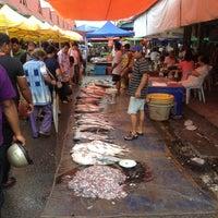 Photo taken at Sunday Market (Pasar Minggu Satok) by Mazlan M. on 5/6/2012