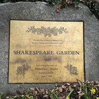 รูปภาพถ่ายที่ Shakespeare Garden โดย Lesley C. เมื่อ 3/18/2012