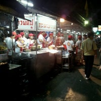 Photo taken at Mueang Thong Crab-meat Fried Rice 1 by Kanchanat A. on 7/25/2012