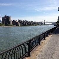 Foto tirada no(a) East River Promenade por Casey G. em 5/12/2012
