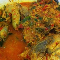 Foto tomada en Restoran Ikan Tude Manado por Arief L. el 2/24/2012