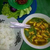 Photo taken at Warung Nasi Pindang Kuyung by yoe y. on 9/5/2012