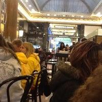Photo prise au Starbucks Coffee par Ade P. le4/17/2012