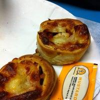 Снимок сделан в Rivoli Pizza пользователем Tony Z. 4/22/2012