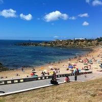 Foto tirada no(a) Praia de São Pedro do Estoril por Sofia A. em 8/24/2012