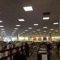 Foto tirada no(a) Barnes & Noble por Kelly D. em 7/24/2012