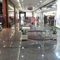 Photo taken at Cataratas JL Shopping by Gabriel W. on 5/18/2012