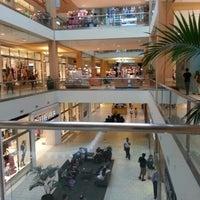 Foto tomada en Queens Center Mall por Meliz B. el 9/6/2012