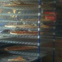 4/7/2012 tarihinde John H.ziyaretçi tarafından Serious Pizza'de çekilen fotoğraf