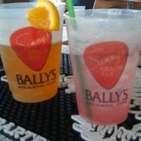 รูปภาพถ่ายที่ Bally's Bikini Beach Bar โดย Stewie เมื่อ 7/12/2012
