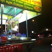 Photo taken at แปดริ้วบะหมี่เกี๊ยว(หมูแดง) by 🎀Kwan K. on 7/27/2012