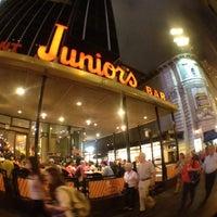 Foto tomada en Junior's Restaurant & Bakery por Randy E. el 7/27/2012