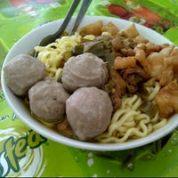 Photo taken at Bakso 'Sahabat Baru' Cak Mun by pricilia e. on 8/12/2012