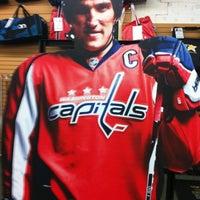 8/13/2012 tarihinde Sean B.ziyaretçi tarafından Jerry's Hockey Warehouse'de çekilen fotoğraf