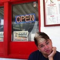 Foto tomada en Taco Rey Taco Shop por Robby R. el 7/22/2012