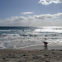 Foto tirada no(a) Spanish River Beach por Mark H. em 4/8/2012