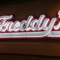 Photo prise au Freddy's Frozen Custard and Steakburgers par Casey N. le3/18/2012