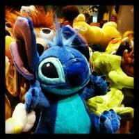 Foto tomada en Disney Store por Javi el 4/30/2012