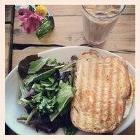 4/14/2012 tarihinde Myra K.ziyaretçi tarafından Oddfellows Cafe & Bar'de çekilen fotoğraf